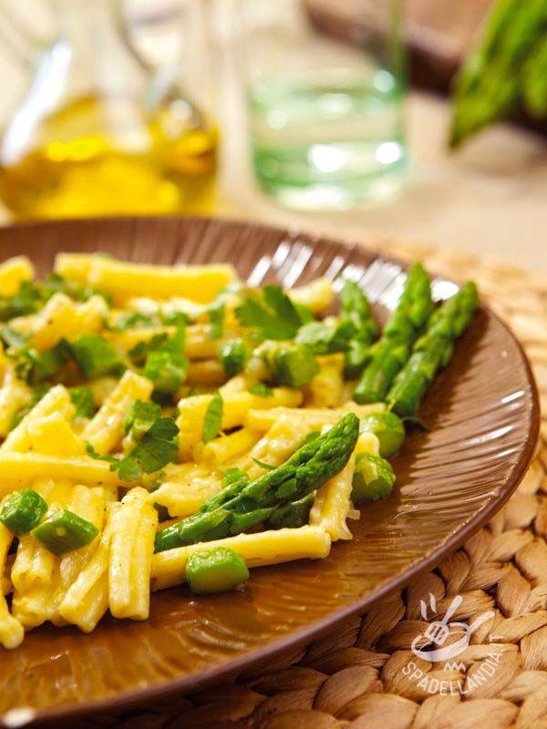 Pasta with brie and asparagus - Le Pasta con brie e asparagi sono un primo fresco, saporito e molto appetitoso. Un piatto vegetariano che mette tutti d'accordo...