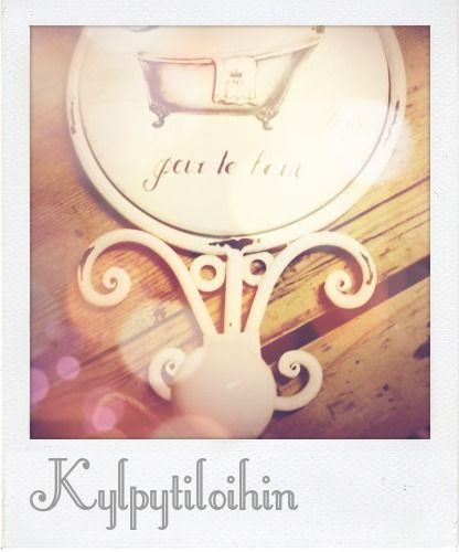 Romanttisen hauska kylpytilojen koukku vanhanaikaisella amme-aiheella. Tuo hymyn huulille!