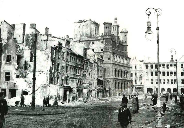 Zniszczenia wojenne na Starym Rynku, 1945 r.