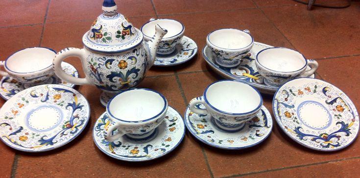 Le tazze - finissime - sono sei, ciascuna con il piatto, più la teiera dalla forma estremamente raffinata. Disponibile anche con vassoio unico,  euro