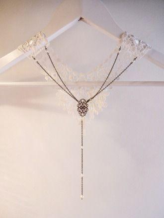 Collier dentelle bijou de dos pour mariage style retro inspiration Gatsby, Années Folles 1920's perles nacrées en cristal swarovsky crème et estampe arabesque ajourée bronze av - 13203713