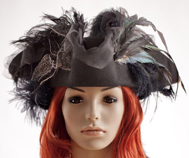 Der elegante Dreispitz ist mit verspielten Bändern, Tüll und Schmuckfedern veredelt.   Von dem zauberhaften Damenhut kann man sich bei Wind und W...