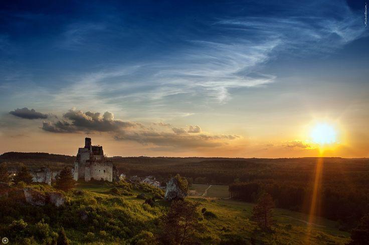 Jura Krakowsko-Częstochowska, a dokładnie północna część tej krainy. Łatwo dostępna, przyjazna i niebywale piękna. Ruiny średniowiecznych zamków i warowni, białe wapienne skały, przyroda i przestrzeń, wszystko to jest wyjątkowe. Na zdjęciu, ruiny zamku rycerskiego w Mirowie.