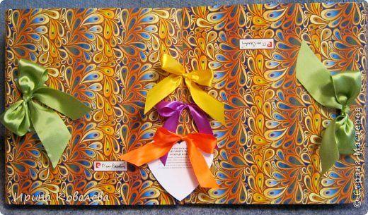 """Может кому-то пригодится идея весёлого и НЕ банального подарка любимой подруге на день рожденья. Такой же подарок можно сделать и молодожёнам и учителю. На мой взгляд он универсален и достаточно прост в исполнении. На просторах интернета есть много """"органайзеров хорошего настроения"""", у меня же получилась большая поздравительная открытка. Для её изготовления понадобятся две папки-скоросшиватели и много разных """"штучек"""". Из папок необходимо снять металлический механизм и обклеить внутри любой…"""
