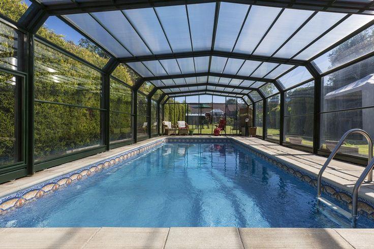 Freibad mit Glas Solarium machen mit viel Sonne während man einen innen-bedeckt Schwimmbad
