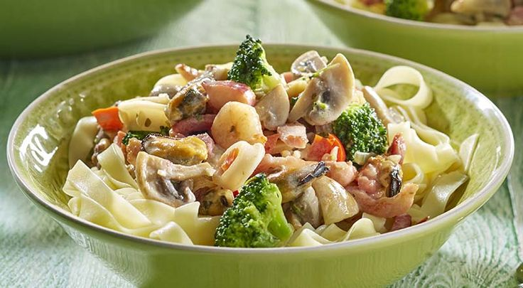 Tagliatelle met zeevruchten, spek en groenteroomsaus
