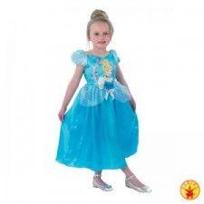 Jurkje Cinderella Storytime. Jurkje gemaakt van 100% polyester en kreukvrij. Een Walt Disney licentie-artikel. Dit heel mooi jurkje met pofmouwen is bedrukt met een grote afbeelding van Assepoester. Een echte meisjesdroom. Je kunt jouw dochtertje niet gelukkiger maken dan met zo'n mooi prinsessenjurkje. Verkrijgbaar in de maat S (3-4 jaar) en M (5-6 jaar).