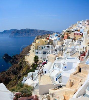 Oia village surplombe la caldeira spectaculaire qui entoure la belle île de Santorini, Grèce Banque d'images