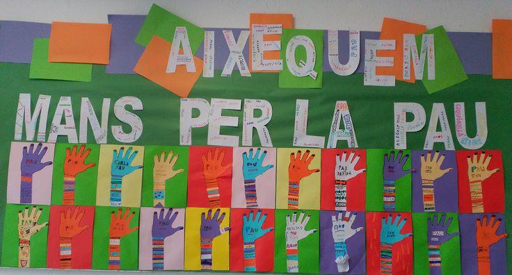 Les polseres de les mans aixecades tenen escrits valors, desitjos... importants per a la pau