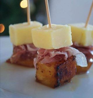 Cheese, ham and caramelized pineapple on sticks…a great food idea for a Christmas party or just anytime.