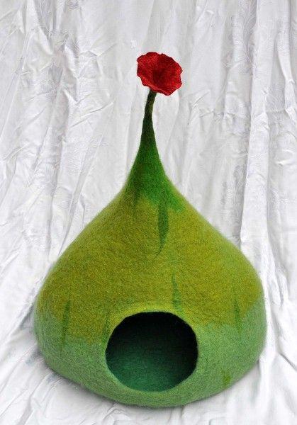 Eine Variante meiner Katzenvilla in Grüntönen mit Blüte obenauf, sehr geräumig, fest und stabil gefilzt... waschbar von Hand oder in der Maschine b...