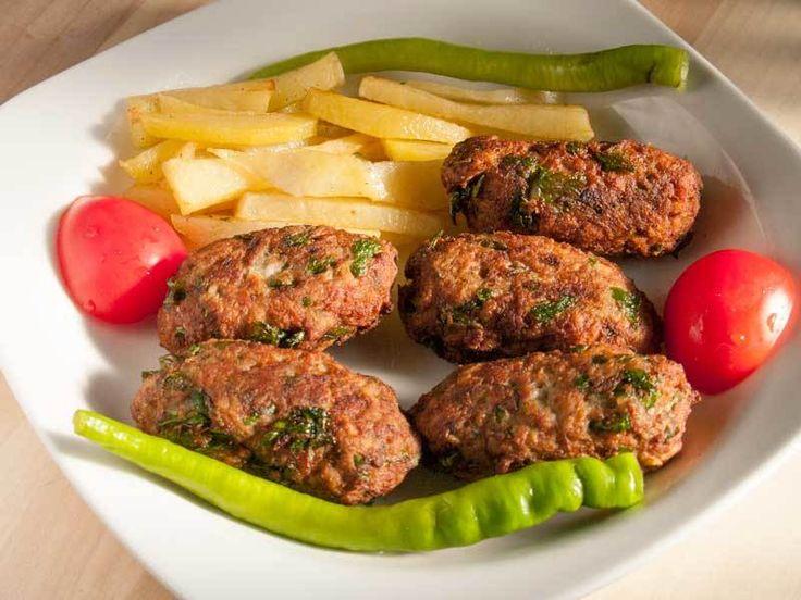Kıbrıs mutfağının önemli ve en bilinen yemeklerinden birisidir. Kıbrıs köftesi adanın ünlü patatesleri ve kıyma ile yapılıyor. Son derece lezzetli ve kolay bir tarif. Sadece yaparken birkaç püf noktasına dikkat etmek gerekiyor.