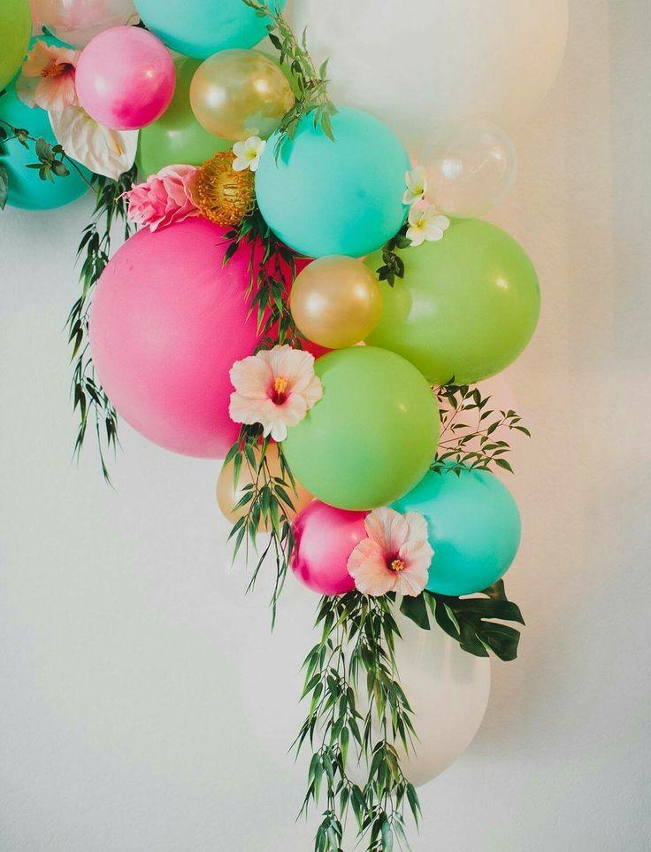 Hochzeitsdekoration für Eure tropische Hochzeitsfeier, aus bunten Luftballons, exotischen Blumen und Palmen.