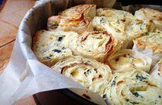Слоёный пирог из лаваша с творогом, сыром и зеленью.    Хочу Вас сегодня познакомить с простым в приготовлении пирогом из лаваша! Отлично подойдёт для завтрака, перекуса, либо в качестве закуски. Пирог получается очень сочным, ароматным, нежным внутри и с хрустящей корочкой снаружи! Вкусный как в тёплом, так и холодном виде!     Вам потребуется:    Лаваш тонкий - 1.5-2листа(большие);  Домашний творог - 300г;  Брынза - 150г;  Сыр твёрдый - 150г;  Яйцо - 3шт;  Укроп - 1 небольшой пучок...