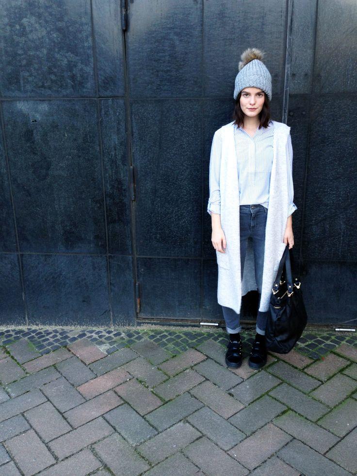 Outfit der Woche! Longweste & Streifenbluse: Street One - Highwaist Jeans: Mavi – Mütze mit Echtfellbommel: Peter Rutz – Tasche: Liebeskind #fashion #ootw