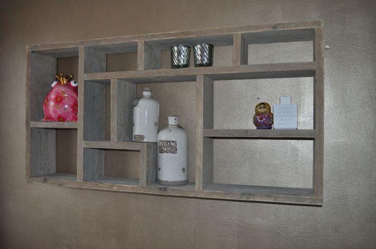 Voor aan de muur mooi met kaarsjes en fotolijstje en ander decoratieve spullen