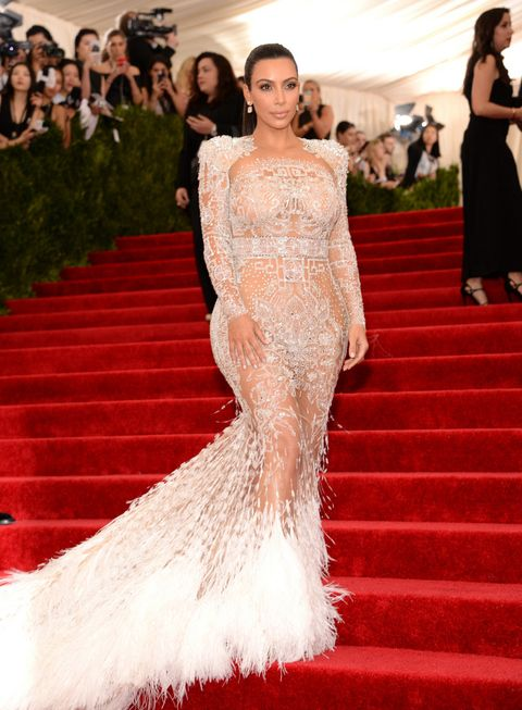 El primer diseño que Peter Dundas ha creado en su puesto de director creativo de Roberto Cavalli es este espectacular vestido en color blanco repleto de transparencias y plumas que ha llevado la guapa Kim Kardashian.