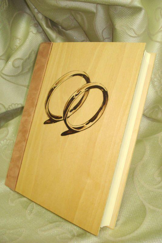 Foto-album formato A4. Copertina in legno di pioppo e decorazione a pirografia.    www.bottegamastrociliegia.it