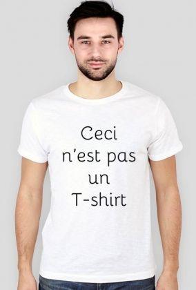 """Ceci n'est pas un T-shirt czarno na białym dla niego Porzuć zwykłe koszulki! Załóż oryginalną koszulkę nie-koszulkę! Wprowadź przechodniów na ulicy w stan filozoficznego zdumienia, aby na chwilę wybić ich z wyścigu szczurów, w którym biorą udział na co dzień!   """"Ceci n'est pas un T-shirt"""" (dosł. To nie jest T-shirt) to parafraza znanego obrazu Magritte'a """"Ceci n'est pas une pipe"""".    Dzięki unikalnemu projektowi Twoje codzienne wygodne ubranie nabierze innego wymiaru!"""