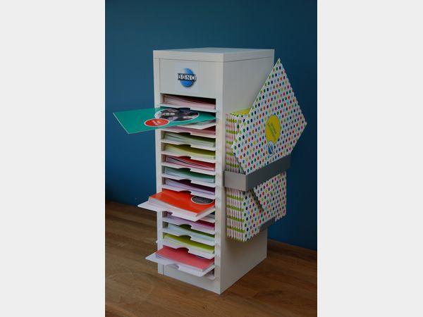 Compacte houten folderhouder voor BBNO met plaats voor 15 folders en 1 verzamelmapje.