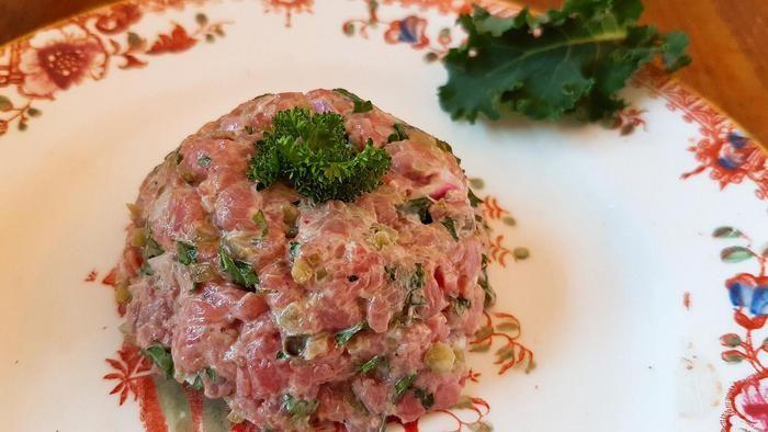 Wat zullen we eens eten vanavond? Iedere dag in de Volkskrant een verrassend recept. Vanavond: steak tartaar met waterkers en chips (voorgerecht voor