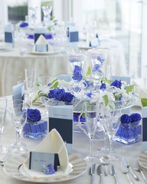 花瓶の水を見せる一気に涼しげなイメージに♡ 青い会場装花のアイデア一覧。