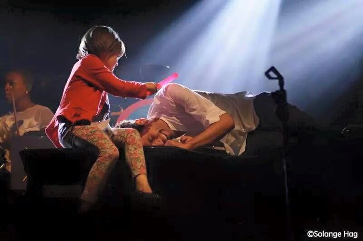 Mika live 2015... with little fan <3