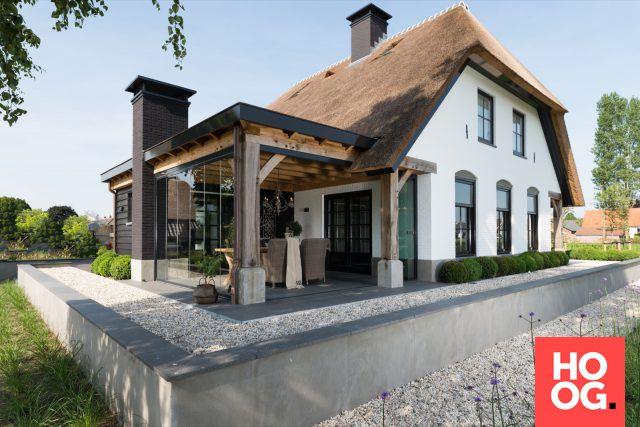 Luxe buitenruimte met glaswanden | house designs | dream homes | dreamy houses | droomhuis | HOOG.design