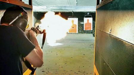米フィラデルフィアの射撃場で銃を撃つ男性(射撃場「ザ・ガン・レンジ」提供・共同) ▼30Jun2014共同通信|米で3Dプリンター銃規制始動 独立宣言の都市で初条例 http://www.47news.jp/CN/201406/CN2014063001001227.html