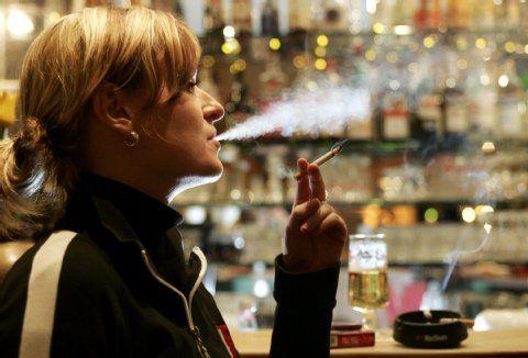 Auch diese Raucherin hat bald in der Kneipe ausgequalmt.