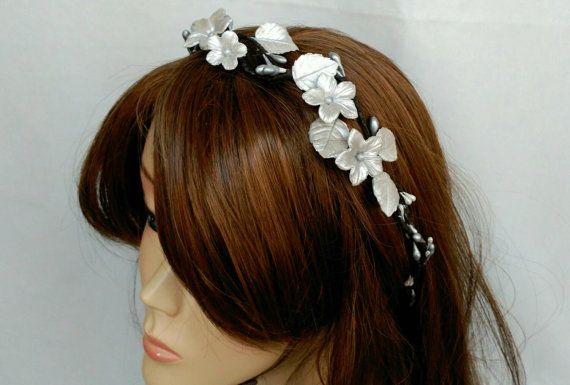 Corona de flores para bodas plateada. Corona plateada de flores para el pelo, esta decorada con flores y hojas hechas a mano. Es comoda diadema de boda