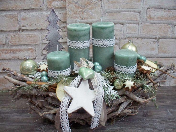 hier habe ich eine dekorative weiße,länglich-ovale Schale aus HOlzstückchen zu einem großen,dekorativen Adventsgesteck gefertigt! ich habe zwei verschiedene Größen an Kerzen gewählt und diese mit...