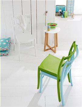 Bistro modern: Tolle Stapelstühle, aus receycelbarem Kunststoff, geben frische Farbe drinnen und draussen.