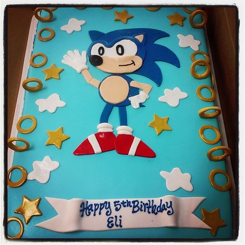 sonic the hedgehog cake.. fondant covered with fondant sonic