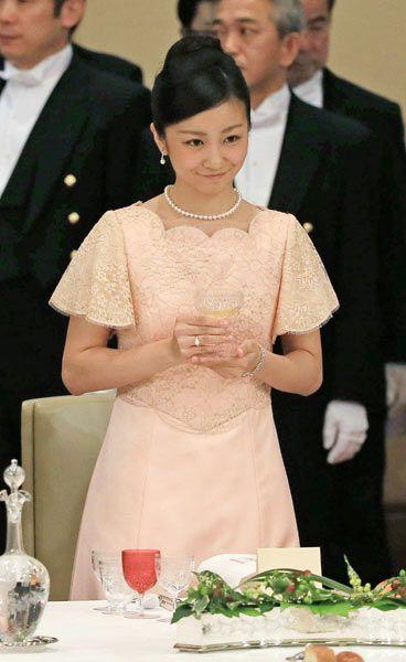 国賓として来日したフィリピンのアキノ大統領を歓迎する天皇、皇后両陛下主催の宮中晩さん会が3日夜、皇居・宮殿で開かれた。皇太子ご夫妻、秋篠宮ご夫妻ら皇族方のほか安倍晋三首相夫妻ら計149人が出席。昨年12月に成年皇族となった秋篠宮ご夫妻の次