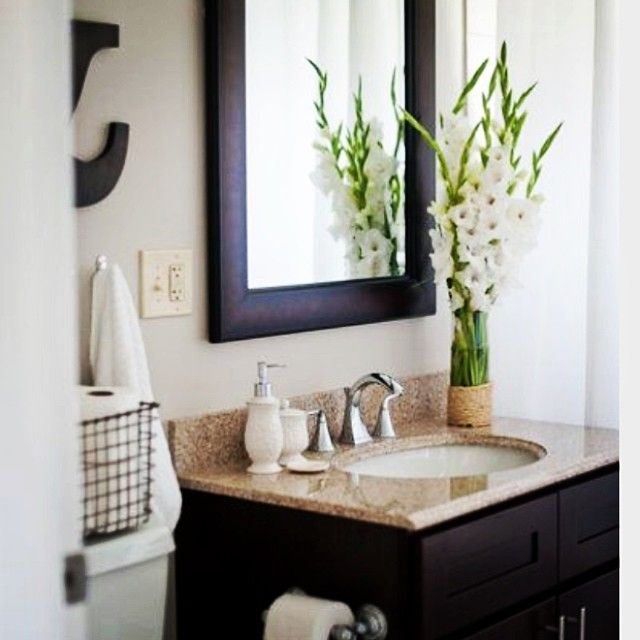 Diyplaybook uses fresh flowers and white bathroom for Spa like bathroom decor