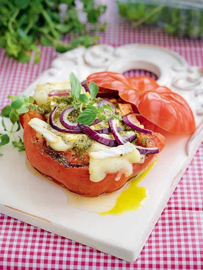 Ugnsbakade tomater med brieost, pesto och rödlök. Toppa med oregano. Perfekt som förrätt eller på buffén.