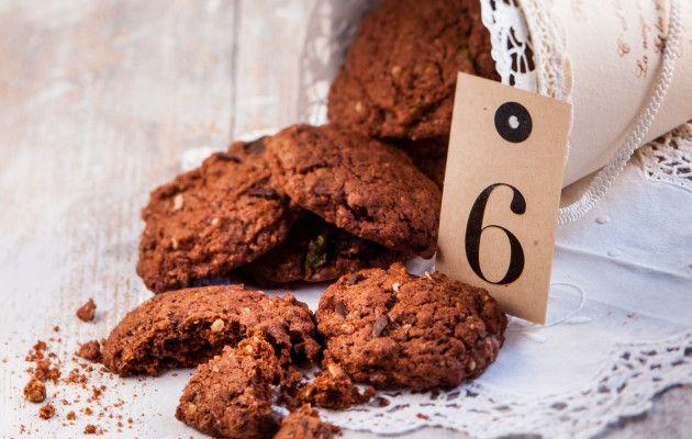 Suklaa-jalapenopikkuleivät Suklaa-jalapenopikkuleivät ovat yhdistelmä tulista ja makeaa. Hienonnettu jalapeno taittaa suklaan makeutta sopivasti. Pikkuleivät sopivat myös keliaakikolle. 1. Sekoita kulhossa sulatettu rasva, sokerit, kananmunat ja jalapenomurska. Sekoita toisessa kulhossa kaikki kuivat aineet ja yhdistä rasvaseokseen. Sekoita taikina tasaiseksi. 2. Jaa taikina keoiksi leivinpaperin päälle uunipellille, jätä leviämisvara. Paista pikkuleipiä uunin keskitasolla 200 asteessa noin…