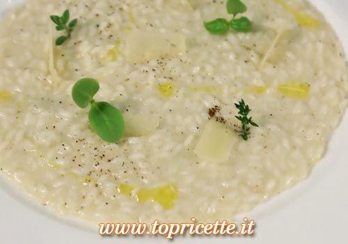 Il Risotto Cacio e Pepe è una delle ricetta proposte da Antonino Cannavacciuolo, chef pluristellato, in una delle puntate di Cucine da Incubo Italia FoxLife