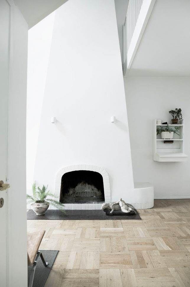 Der skulle mange liter hvid maling til, før Pernille og Lars' hus blev til en funktionel og hyggelig familiebolig. For villaen husede tidligere Monacos Generalkonsulat og blev brugt til en helt anden livsstil.