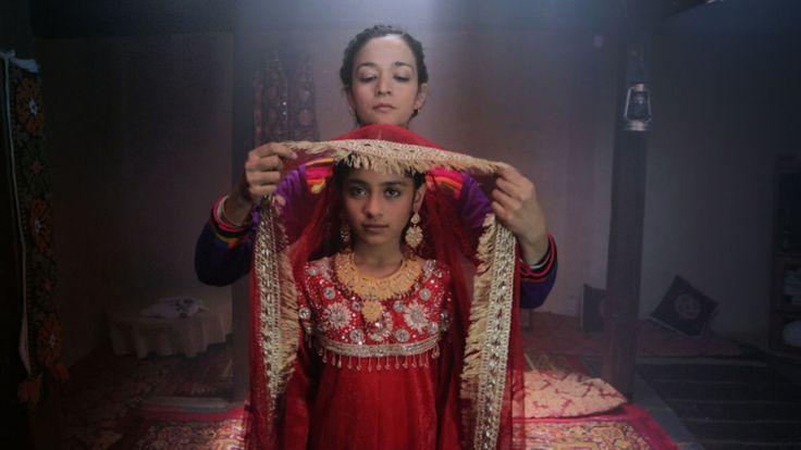 dukhtar, hermosa película:Una joven madre secuestra a su hija de diez años y emprende el camino para librarla de un  matrimonio tribal.