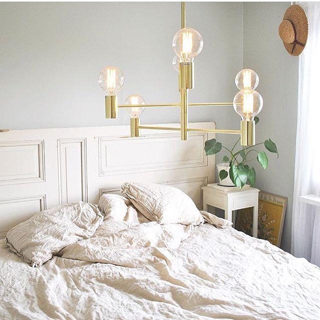 Lampa Capital szwedzkiej marki MarkSlojd znalazła również swoje miejsce w sypialni. http://blowupdesign.pl/pl/wiszace-lampy-miedziane-mosiezne-metalowe-loft-industrialne/2558-mosiezna-duza-lampa-sufitowa-capital-do-salonu.html