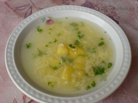 Babiččina česnečka Do 3 litrového kastrolu dám 2,5 l vody, na kostičky nakrájené brambory, osolím, přidám 3 špetky kmínu a na kolečka nakrájené 3 stroužky česneku. Dám vařit. Utřu (nebo rozmačkám) zbytek česneku, rozklepnu vejce do hrníčku a rozšlehám vidličkou. Jakmile jsou brambory jedlé, přidám 2/3 rozetřeného česneku a za varu a míchání přilévám rozmíchané vejce. Po půl minutě odstavím a přimíchám zbytek česneku. Ochutím kouskem másla. Dle chuti doplním při jídle osmaženými kostičkami…