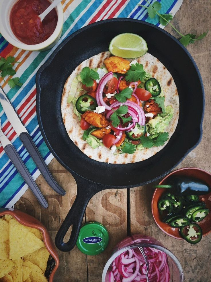 Tostada met kip en guacamole, een heerlijk fris en gezond tex-mex recept. Knapperige tortilla, verse groenten, kruiden en gekruide kip!