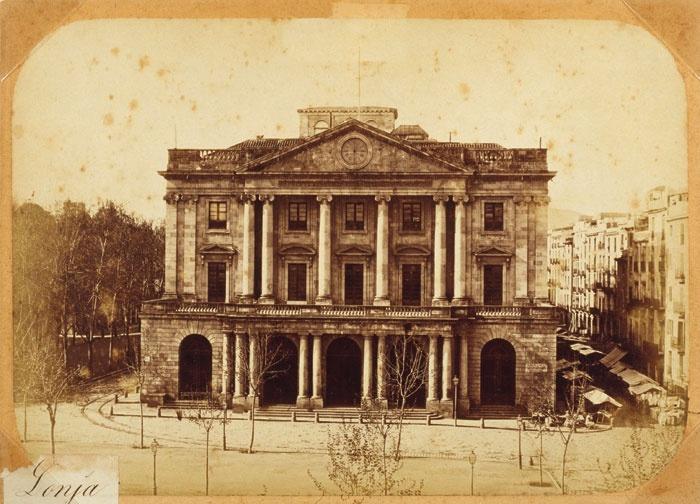 La Cambra de Comerç, Indústria i Navegació de Barcelona, que es va crear el 1866 i es considera la successora de la Junta de Comerç, s'hi va instal·lar el 1908, i des del segle XIX fins al 1994 hi va tenir la seu la Borsa de Barcelona, que celebrava les sessions al gran Saló de Contractacions.   Imatge:Façana principal de l'edifici de la Llotja 1875