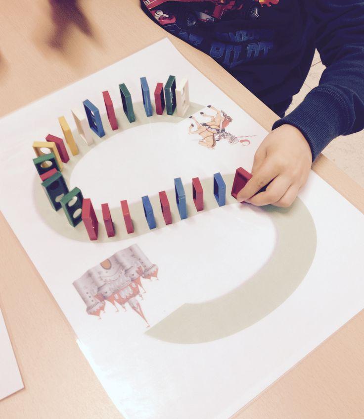 Letters oefenen met dominosteentjes, ook goed voor de fijne motoriek