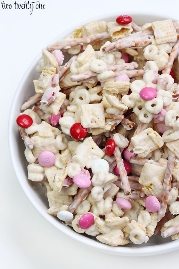 Valentine's Day snack mix recipe with cereals, chocolate, and pretzels. Plus a free snack bag topper printable!