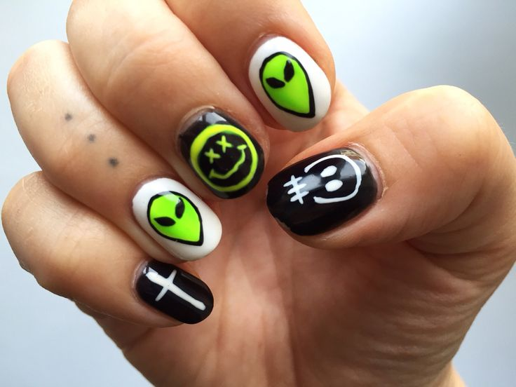 Hand painted gel nails by Riikka Valtonen from salon Sydämenpohjasta. #ufonails #nails #nailart #naildesign #skull #ufo cross #crossnails