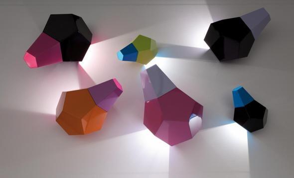 Zonca, serie di lampade Candy Collection, design Doriana e Massimiliano Fuksas; in metallo, in versione lineare, microforata o piena, sono componibili e in vari colori (foto Luca Casonato).
