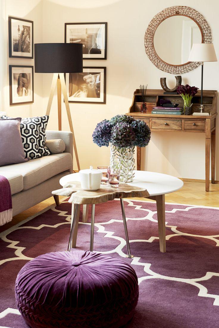 Gemeinsame Sache: Wieso nicht zwei Couchtische zu einem verbinden? Wirkt individuell und schenkt Platz! Achte darauf, dass ein Tisch etwas höher ist, damit Du ihn leicht über den anderen schieben kannst. Im Idealfall verfügen beide über ein gleiches Detail, wie in unserem Beispiel Holzplatte und –beine.
